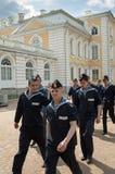 Hombres jovenes del marinero en la excursión en Peterhof Rusia Foto de archivo libre de regalías