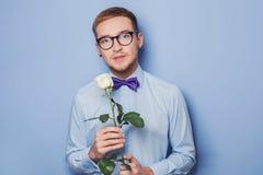 Hombres jovenes lindos con la flor Fecha, cumpleaños, tarjeta del día de San Valentín Fotos de archivo