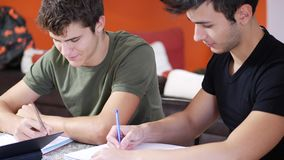 Hombres jovenes ocupados con estudios almacen de metraje de vídeo