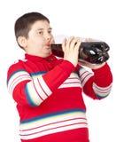 Hombres jovenes que beben soda de una botella plástica Imagen de archivo libre de regalías