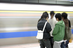 Hombres jovenes que esperan un subterráneo Fotos de archivo