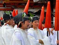 Hombres jovenes que hablan, Yasaka Jinja, Kyoto, Japón Foto de archivo libre de regalías