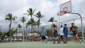 Hombres jovenes que juegan a baloncesto almacen de video