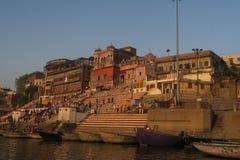 Hombres jovenes que nadan en el río del Ganges como tradición religiosa imágenes de archivo libres de regalías