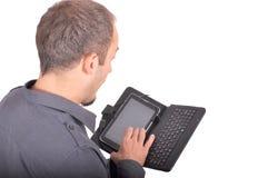 Hombres jovenes que usan Internet inalámbrico en smartphone Foto de archivo libre de regalías