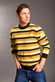 Hombres jovenes vestidos en suéter y pantalones vaqueros fotos de archivo