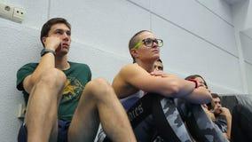 Hombres jovenes y mujeres que se sientan en el entrenamiento en la audiencia almacen de video