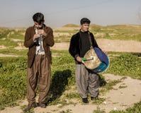 Hombres kurdos que juegan música fotografía de archivo libre de regalías