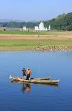 Hombres locales en un barco cerca del puente de U Bein, Amarapura, Myanmar Imágenes de archivo libres de regalías