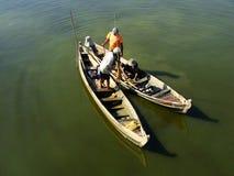 Hombres locales en un barco cerca del puente de U Bein, Amarapura, Myanmar Fotografía de archivo