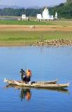 Hombres locales en un barco cerca del puente de U Bein, Amarapura, Myanmar Foto de archivo libre de regalías