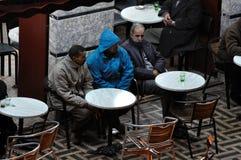 Hombres marroquíes en el café, Marrakesh Imagenes de archivo