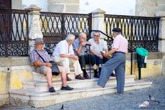 Hombres mayores que socializan en la plaza Foto de archivo