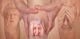 Hombres mayores que sostienen la rodilla con dolor collage Concepto de dolor y de desesperación abstractos imagen de archivo