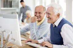 Hombres mayores que usan el ordenador imagen de archivo libre de regalías