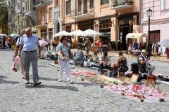 Hombres mayores y mujeres que recorren alrededor de día de fiesta favorablemente Foto de archivo