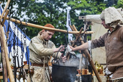 Hombres medievales que preparan la comida Fotografía de archivo libre de regalías