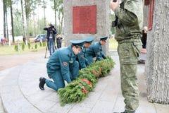 Hombres militares y veterano de abuelo del viejo hombre de la Segunda Guerra Mundial en el día de las medallas de victoria Moscú, imagen de archivo libre de regalías