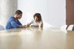 Hombres multiétnicos en la mesa de reuniones Fotos de archivo