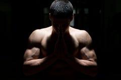 Hombres musculares que ruegan Foto de archivo libre de regalías