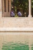 Hombres musulmanes en el lago santo Imagenes de archivo