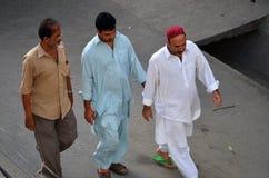Hombres musulmanes en su manera a la mezquita, Tanzania fotos de archivo