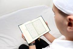 Hombres musulmanes jovenes que leen el Corán Imágenes de archivo libres de regalías