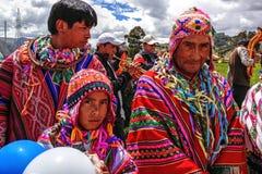 Hombres nativos quechuas de Perú en trajes tradicionales Imagen de archivo libre de regalías