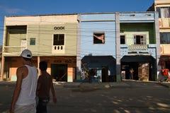 Hombres no identificados que caminan en las calles de a Fotografía de archivo libre de regalías