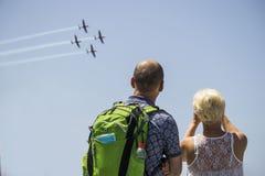 Hombres no identificados y mujeres que ven al texan t6 en la demostración aérea en Día de la Independencia israelí Fotografía de archivo
