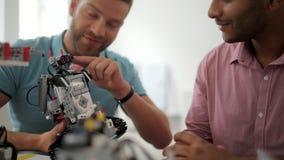 Hombres positivos que hablan sobre el robot
