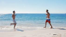 Hombres que activan en la playa