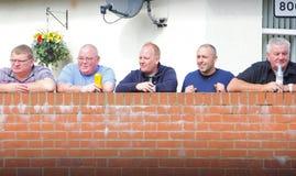 Hombres que beben el alcohol en Reino Unido fotografía de archivo