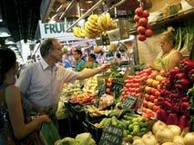 Hombres que compran vehículos en mercado Foto de archivo libre de regalías