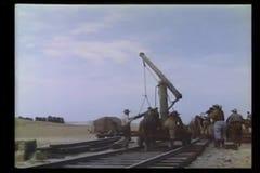Hombres que construyen la pista de ferrocarril almacen de video