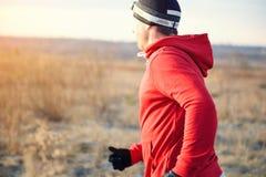 Hombres que corren en la puesta del sol en el campo, movimiento Imagen de archivo libre de regalías