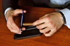 Hombres que cortan el cigarro Fotografía de archivo libre de regalías