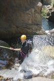 Hombres que descienden la cascada Imagen de archivo libre de regalías