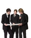 Hombres que discuten un plan fotografía de archivo libre de regalías
