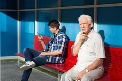 Hombres que esperan el autobús Fotografía de archivo libre de regalías