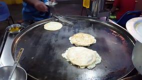 Hombres que hacen Anda Paratha - pizza Paratha para el desayuno almacen de video