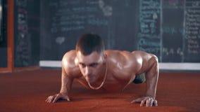 Hombres que hacen pectorales en gimnasio metrajes