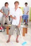 Hombres que hacen tareas de hogar foto de archivo libre de regalías