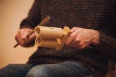 Hombres que juegan agogo de madera del holz Foto de archivo libre de regalías