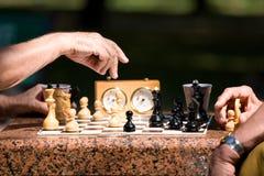 Hombres que juegan a ajedrez Imágenes de archivo libres de regalías