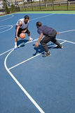 Hombres que juegan a baloncesto fotos de archivo libres de regalías