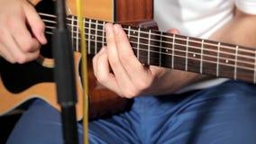 Hombres que juegan en la guitarra en estudio de la música almacen de metraje de vídeo