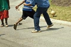 Hombres que juegan a fútbol de la calle Imágenes de archivo libres de regalías