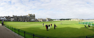 Hombres que juegan a golf en St Andrews Golf Course, Escocia Foto de archivo libre de regalías
