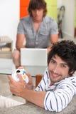 Hombres que juegan a los juegos de ordenador Fotografía de archivo libre de regalías